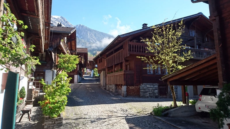 Idyllische Brunnengasse am LOFT CHALET in Brienz